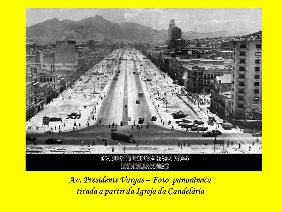Esquina da Av. Presidente Vargas com a Praça da República (atente-se, à esquerda do prédio, a Casa de Deodoro até hoje existente) - Foto de O Globo