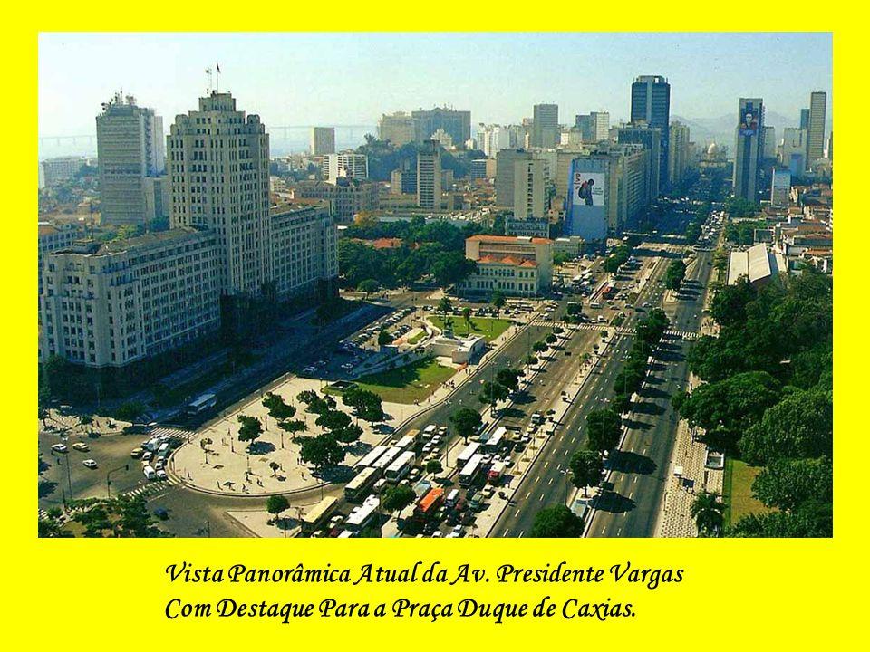 O centenário Canal do Mangue, na Av. Presidente Vargas. Ao fundo, vê-se a Igreja da Candelária – Foto de O Globo.