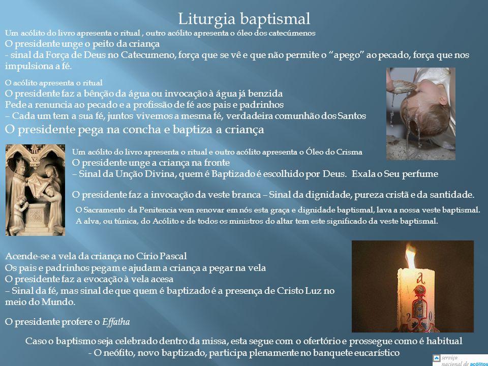 Liturgia baptismal Um acólito do livro apresenta o ritual, outro acólito apresenta o óleo dos catecúmenos O presidente unge o peito da criança - sinal