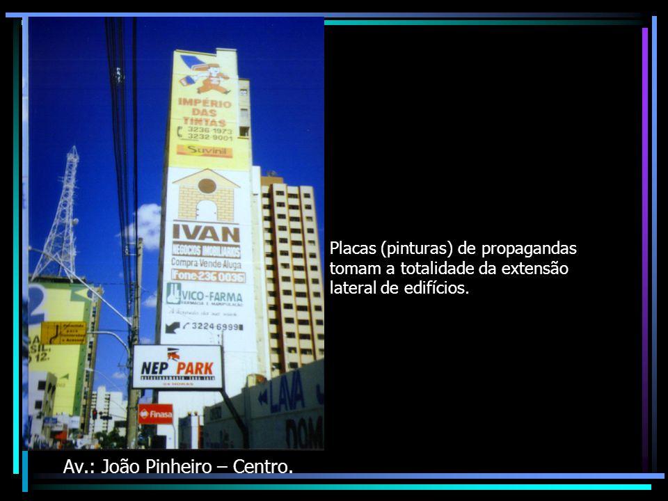 Placas (pinturas) de propagandas tomam a totalidade da extensão lateral de edifícios.