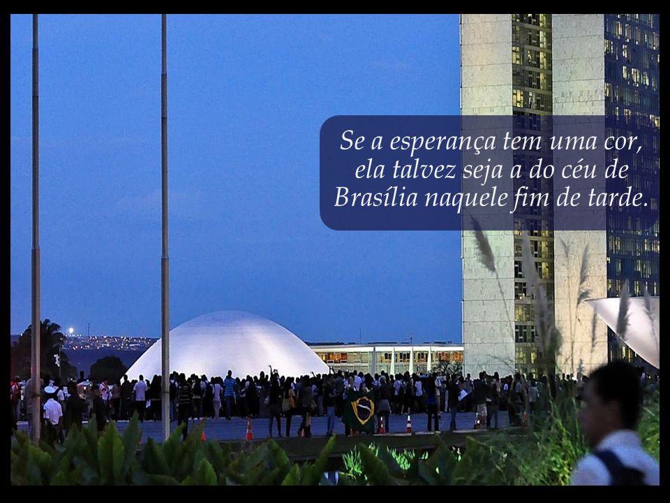 Raras vezes o céu de Brasília mostrou-se tão bonito quanto na tarde em que os jovens se apoderaram da cúpula do Congresso.