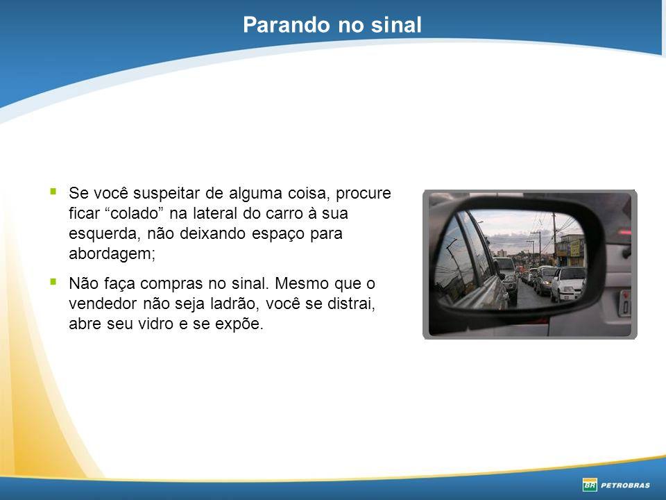  Se você suspeitar de alguma coisa, procure ficar colado na lateral do carro à sua esquerda, não deixando espaço para abordagem;  Não faça compras no sinal.