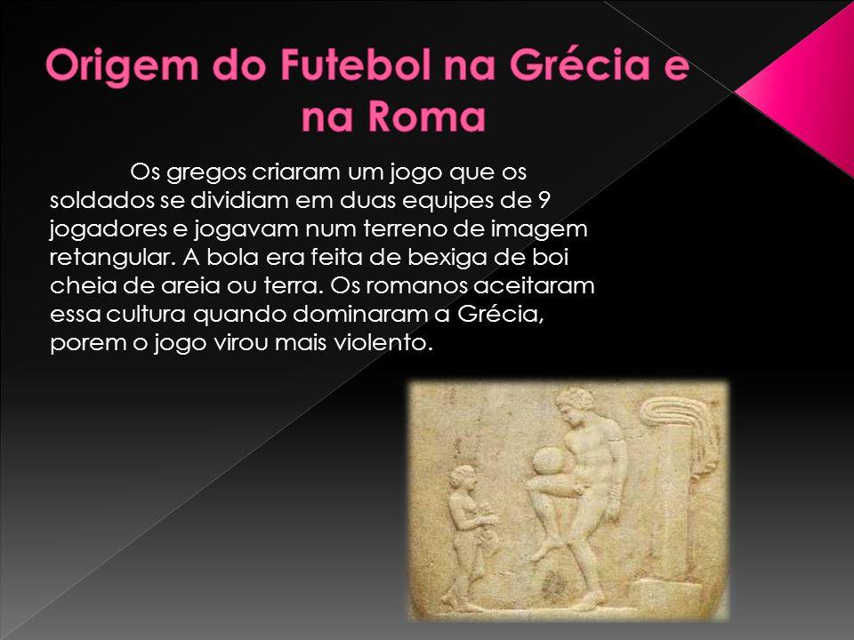 Os gregos criaram um jogo que os soldados se dividiam em duas equipes de 9 jogadores e jogavam num terreno de imagem retangular. A bola era feita de b
