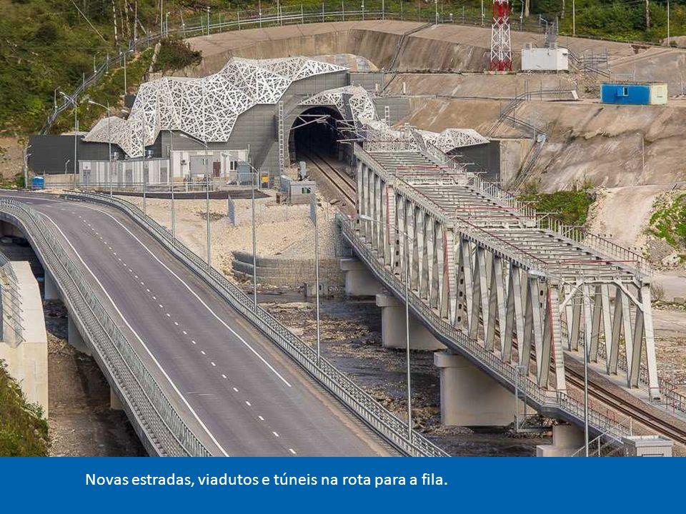 Uma nova estação de trem que é a estrada de ferro de alta velocidade, Sochi com cerca de 50 km de Krasnaya Polyana nas montanhas do Cáucaso, onde a competição será disputada neve .