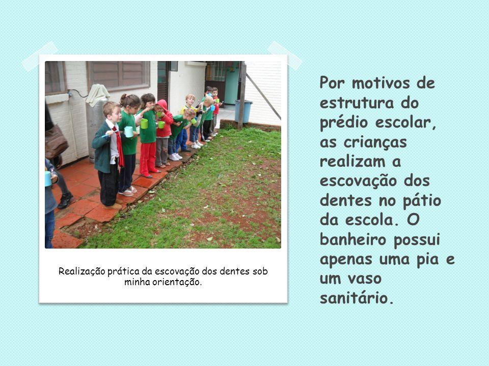 Por motivos de estrutura do prédio escolar, as crianças realizam a escovação dos dentes no pátio da escola. O banheiro possui apenas uma pia e um vaso