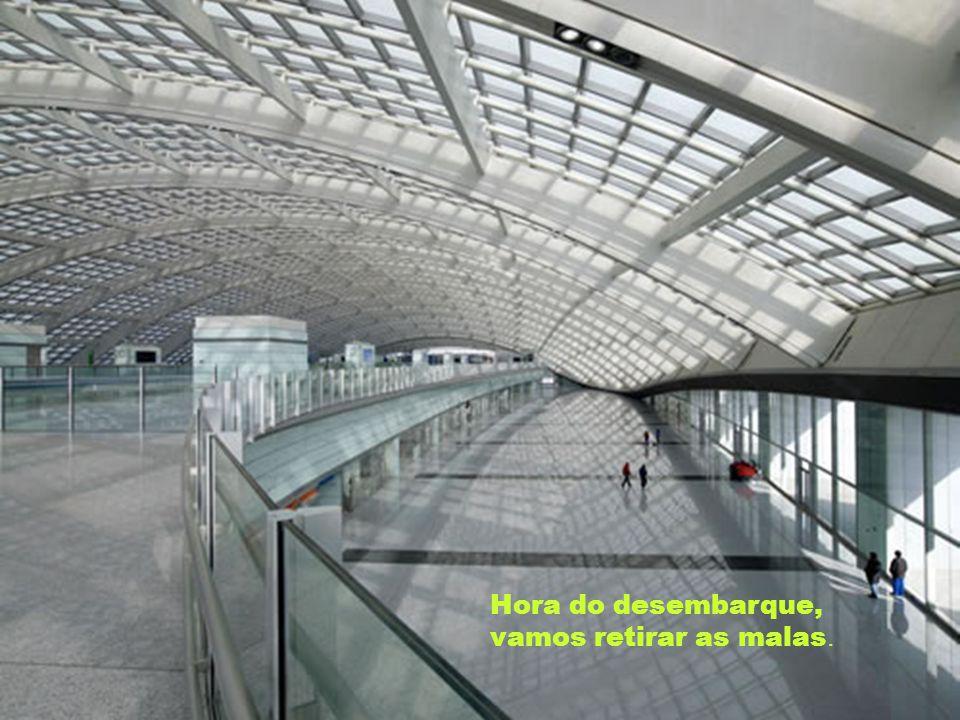 Apesar da grandiosidade, este aeroporto foi planejado para ser fácil locomover-se por ele. Ninguém se perde.