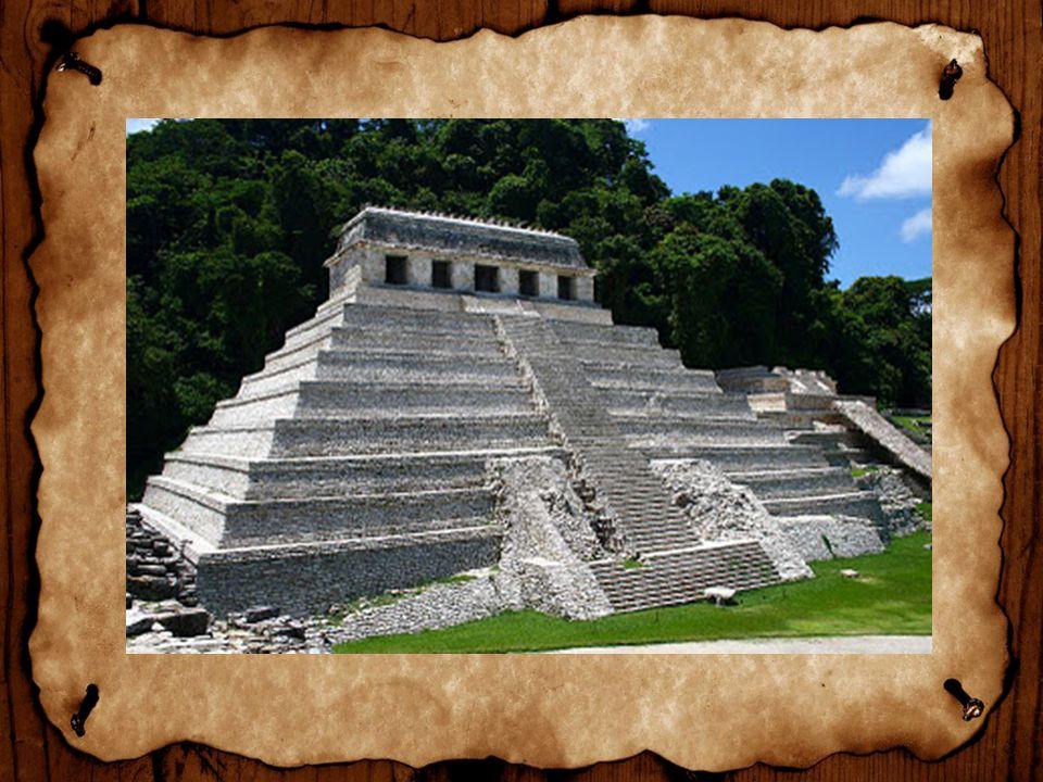 Nos centros religiosos, onde estavam localizadoas as pirâmides habitavam soberanos, sacerdotes e artesãos.