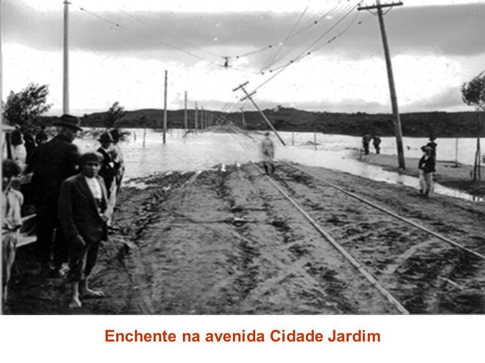 Enchente na avenida Cidade Jardim