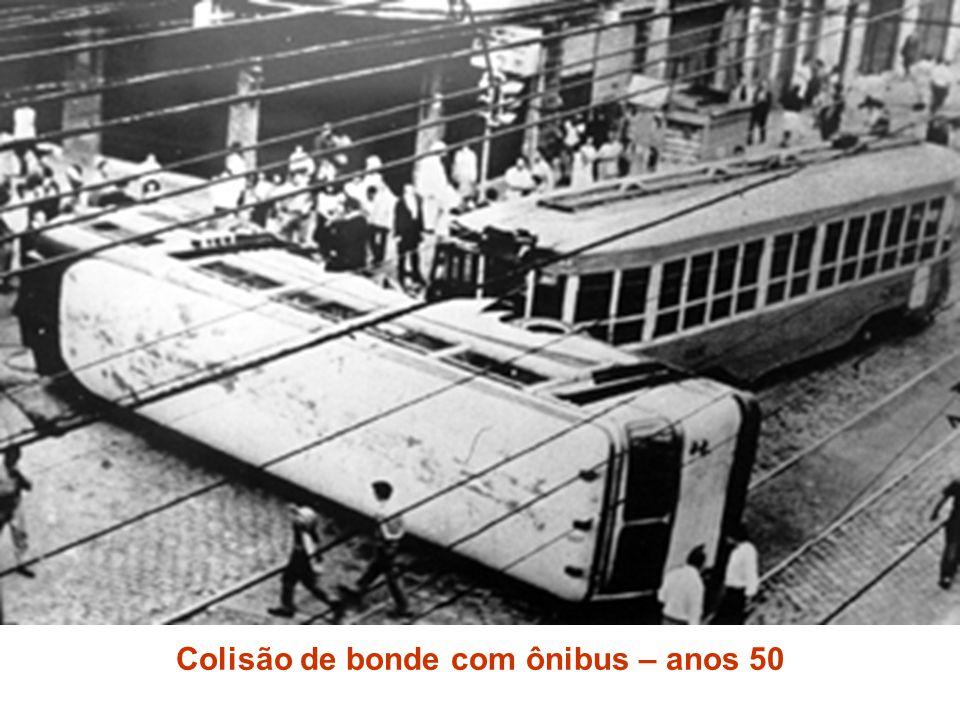 Colisão de bonde com ônibus – anos 50