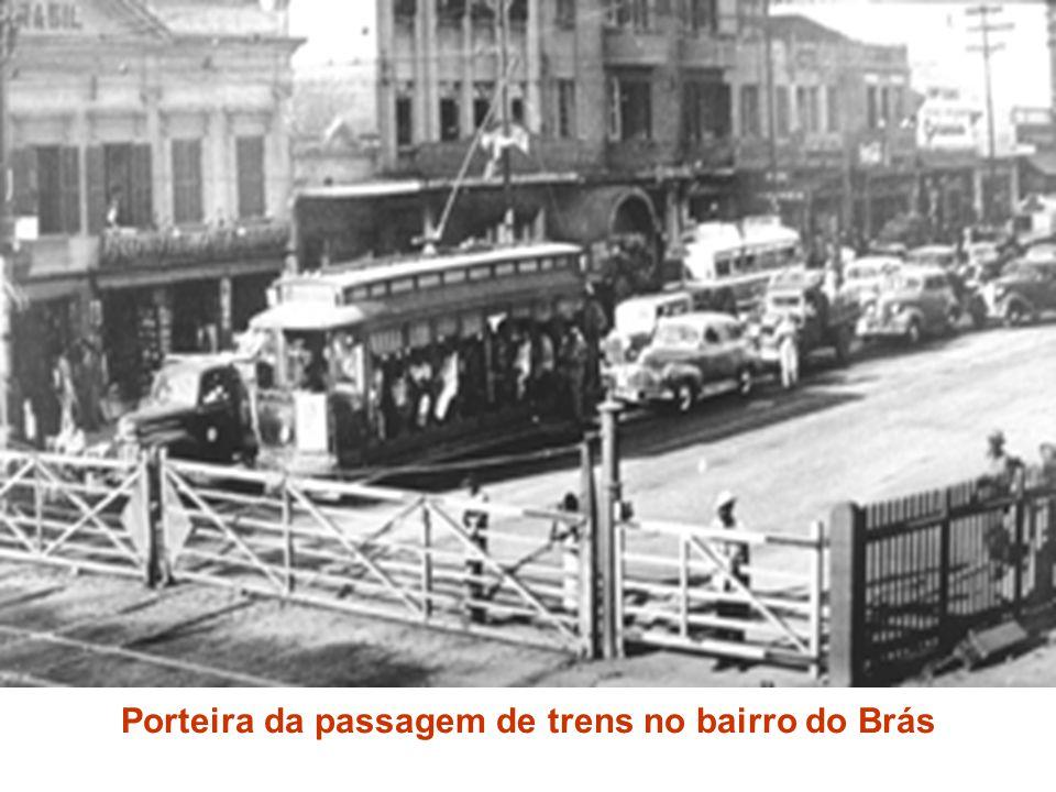 Porteira da passagem de trens no bairro do Brás
