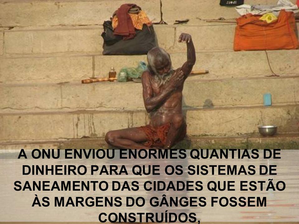 """E AS PESSOAS TOMAM BANHO, BEBEM ÁGUA E FAZEM SEUS RITUAIS NAS MARGENS DESSE """"deus"""" PUTREFATO."""