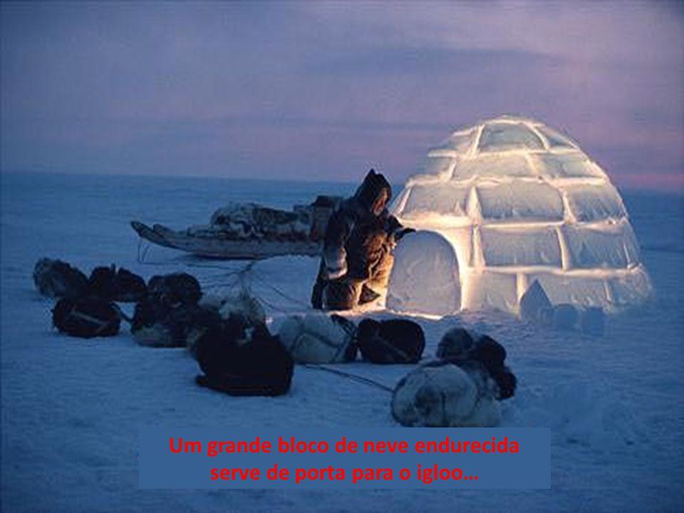 Um grande bloco de neve endurecida serve de porta para o igloo…