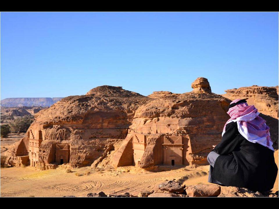 Situada no meio do deserto, emergem gigantescas rochas utilizadas para instalar a cidade, onde não faltam palacios talhados, templos e grandes tumbas em toda a área, obras que podem ter até 16 metros de altura.