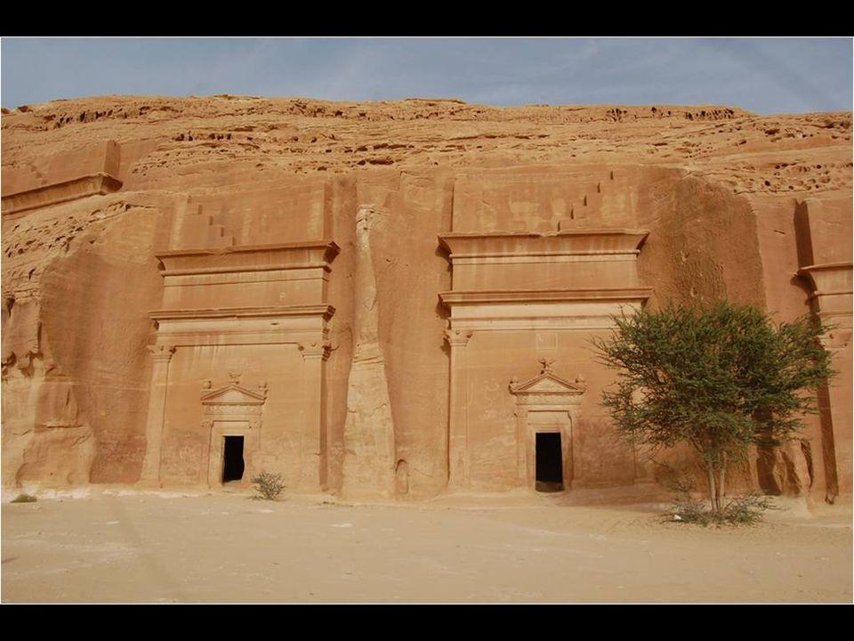 Antigamente habitada por thamudis e nabateus, Mada'in Saleh é o primeiro sitio do que hoje é a Arabia Saudita, inscrito como Patrimonio da Humanidade.