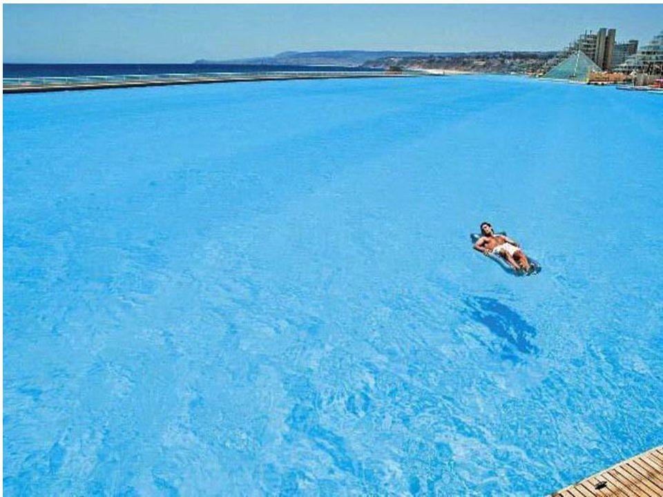 Além de nadar, na maior piscina do mundo é possível também andar de caiaque, vela, mergulhar e utilizar um serviço de barca que transporta os usuários de um extremo a outro do Resort.