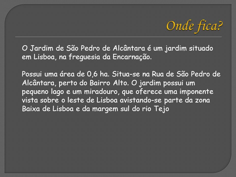 Existe um mapa em azulejos junto à balaustrada, que ajuda a identificar alguns locais de Lisboa.