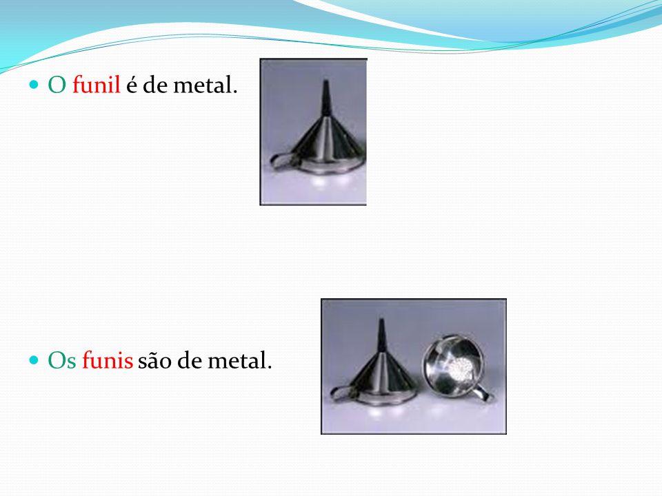 O funil é de metal. Os funis são de metal.
