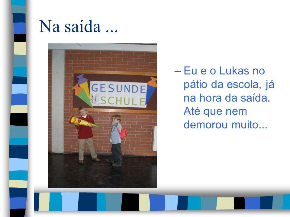 Na saída... –Eu e o Lukas no pátio da escola, já na hora da saída. Até que nem demorou muito...