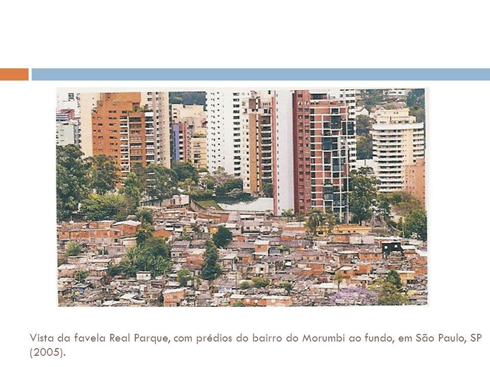 Vista da favela Real Parque, com prédios do bairro do Morumbi ao fundo, em São Paulo, SP (2005). Colocar foto - favela x prédios de luxo