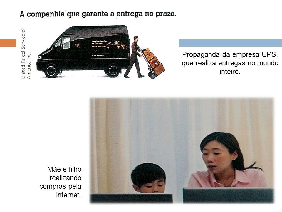 Propaganda da empresa UPS, que realiza entregas no mundo inteiro. Mãe e filho realizando compras pela internet.