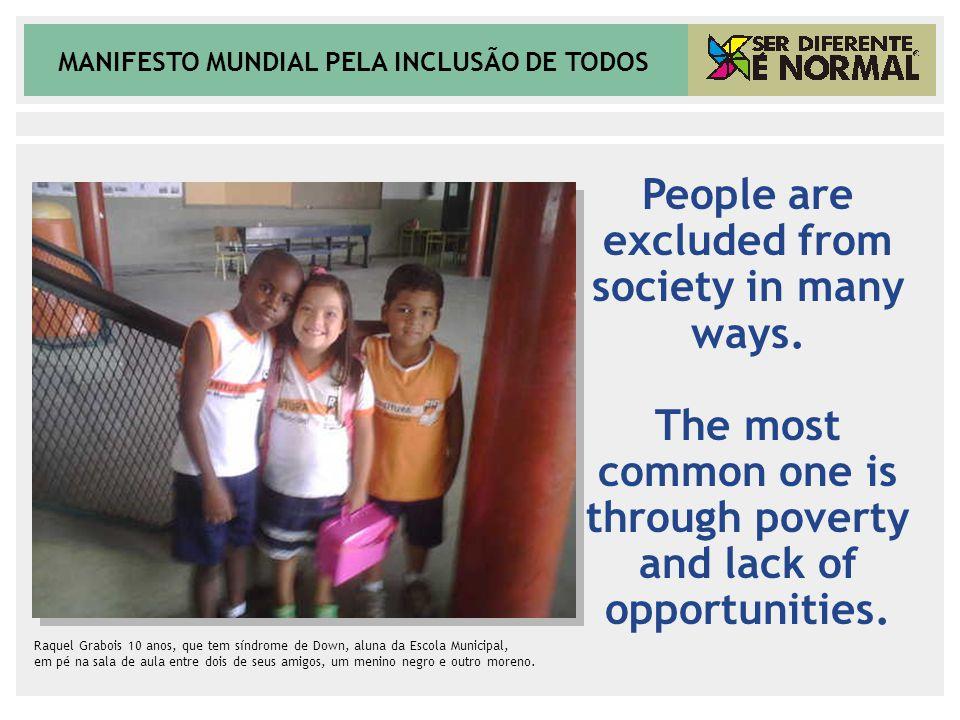 MANIFESTO MUNDIAL PELA INCLUSÃO DE TODOS Raquel Grabois 10 anos, que tem síndrome de Down, aluna da Escola Municipal, em pé na sala de aula entre dois