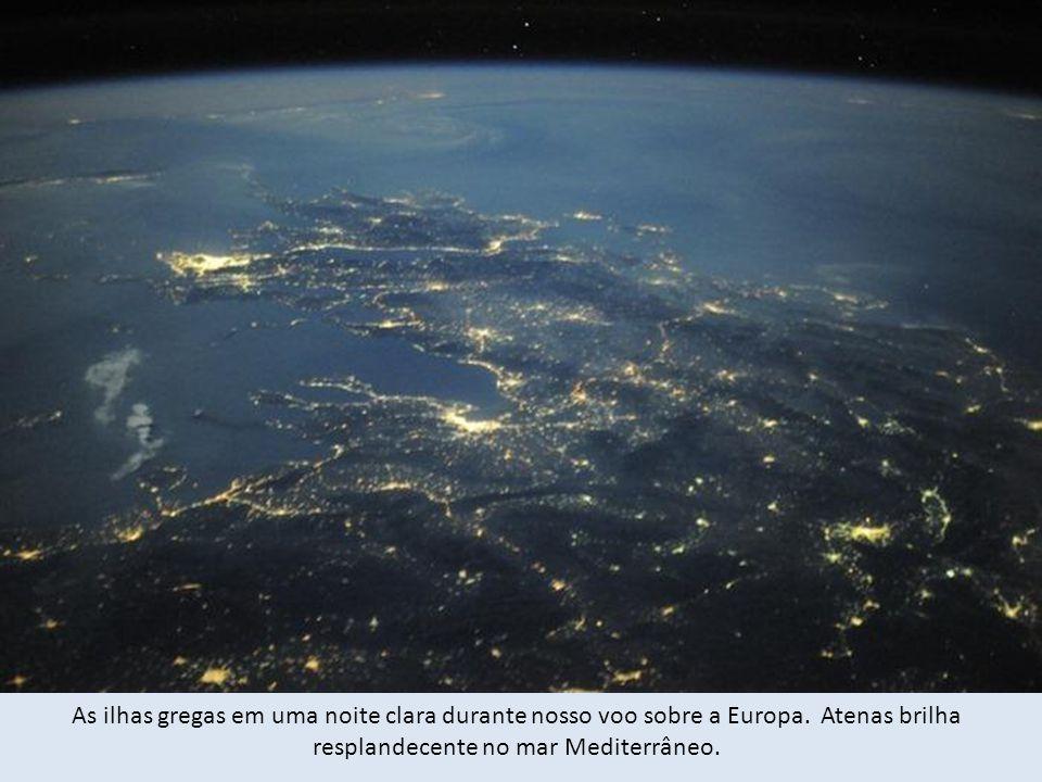 As ilhas gregas em uma noite clara durante nosso voo sobre a Europa.