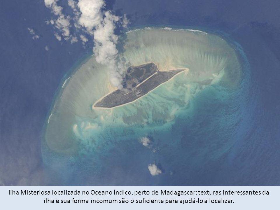 Ilha Misteriosa localizada no Oceano Índico, perto de Madagascar; texturas interessantes da ilha e sua forma incomum são o suficiente para ajudá-lo a localizar.