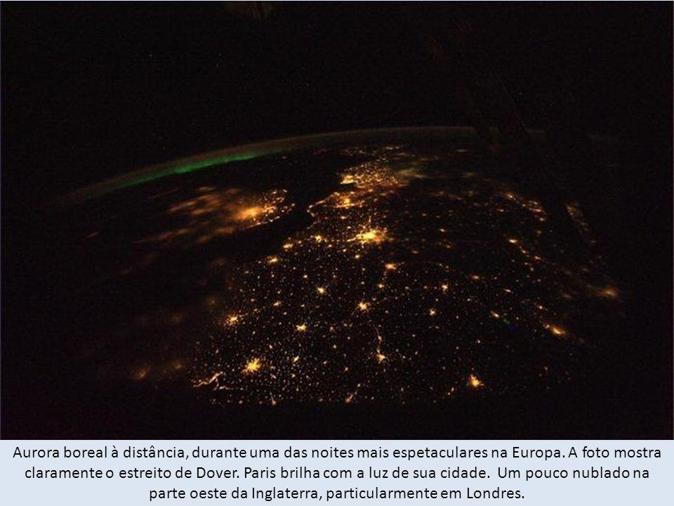 Aurora boreal à distância, durante uma das noites mais espetaculares na Europa.