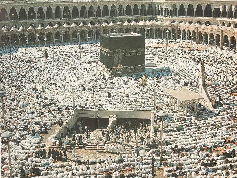 Muitos muçulmanos acreditam que foi construída por Abraão e seu filho Ismael Todos os peregrinos são obrigados a andar para a esquerda em torno da Caa