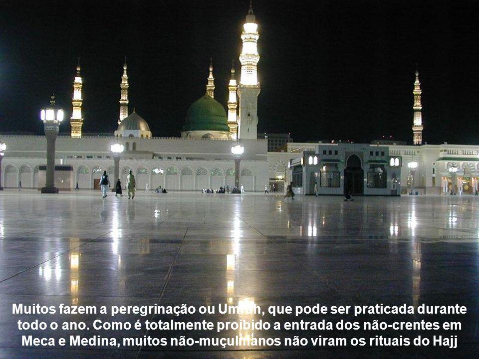 Para os muçulmanos, a peregrinação a Meca é parte de um dos fundamentos da sua fé, os pilares do Islã. Cada ano, quase três milhões de peregrinos se d