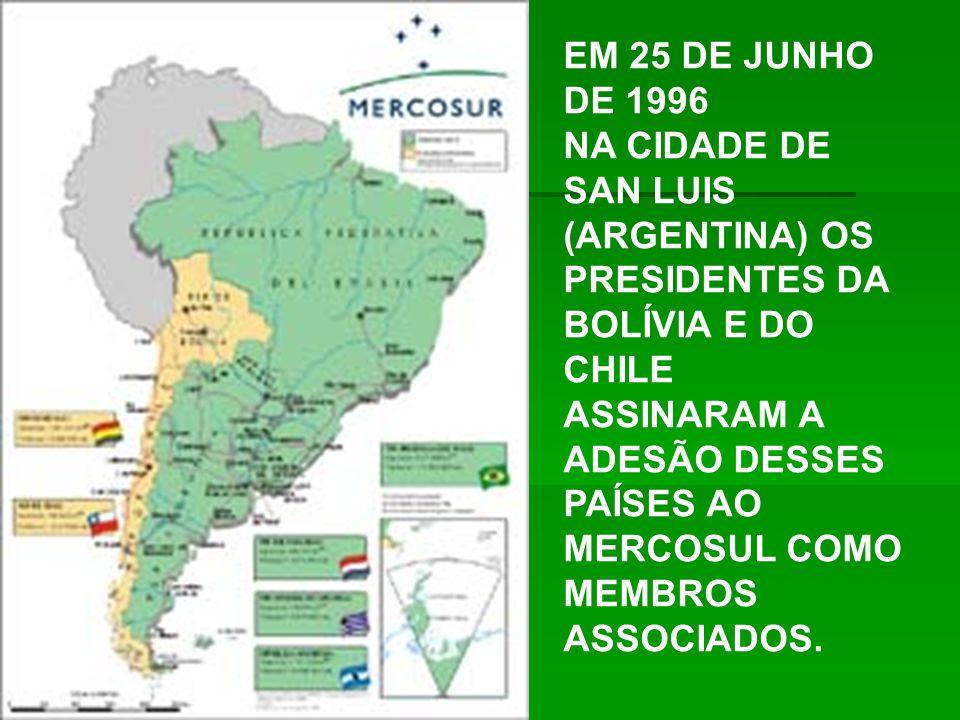 EM 25 DE JUNHO DE 1996 NA CIDADE DE SAN LUIS (ARGENTINA) OS PRESIDENTES DA BOLÍVIA E DO CHILE ASSINARAM A ADESÃO DESSES PAÍSES AO MERCOSUL COMO MEMBROS ASSOCIADOS.