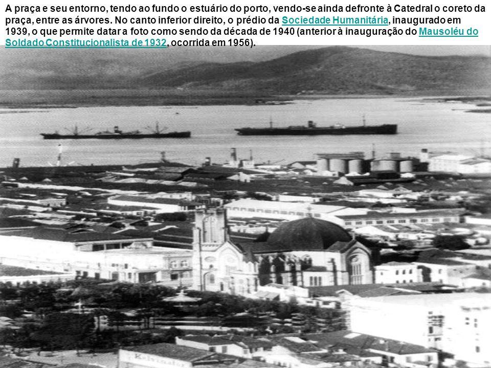 Praça José Bonifácio na primeira metade do século XX, já sem o coreto, vendo-se em destaque nesse cartão postal a Catedral de Santos (que teve lançada