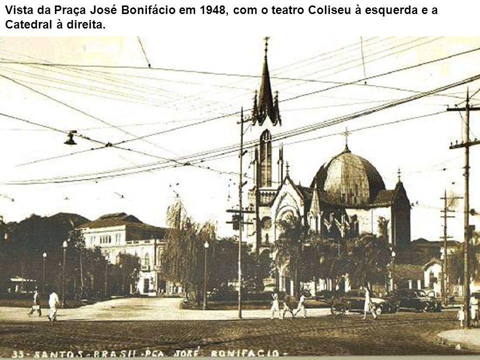A praça e seu entorno, tendo ao fundo o estuário do porto, vendo-se ainda defronte à Catedral o coreto da praça, entre as árvores. No canto inferior d