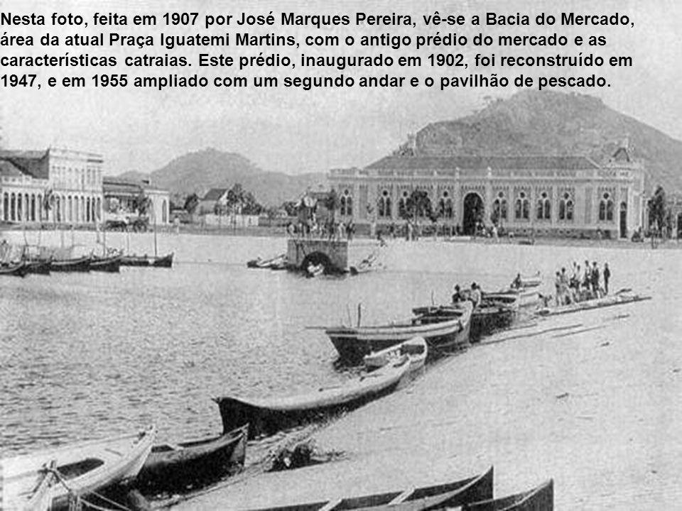 Em 1902, foi construído o Mercado Municipal de Santos, na então Praça do Mercado, depois Praça Iguatemi Martins, no bairro Vila Nova. Para ali foram d