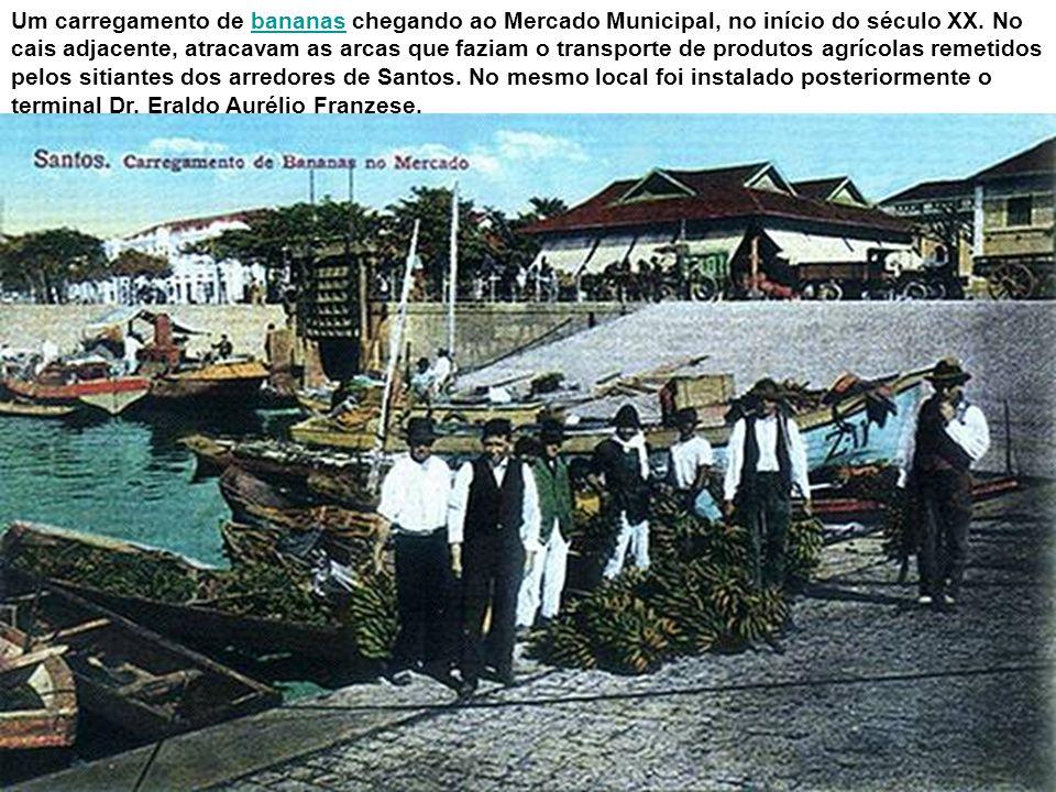 Nesta foto, feita em 1907 por José Marques Pereira, vê-se a Bacia do Mercado, área da atual Praça Iguatemi Martins, com o antigo prédio do mercado e a