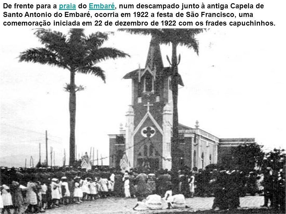 Um carregamento de bananas chegando ao Mercado Municipal, no início do século XX. No cais adjacente, atracavam as arcas que faziam o transporte de pro