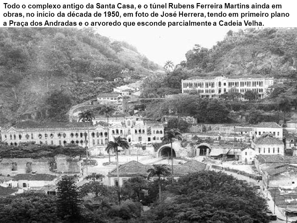 Em cartão postal da época da Primeira Guerra Mundial, a Praça Rui Barbosa, tendo ao fundo o Monte Serrat e à esquerda o prédio dos Correios.