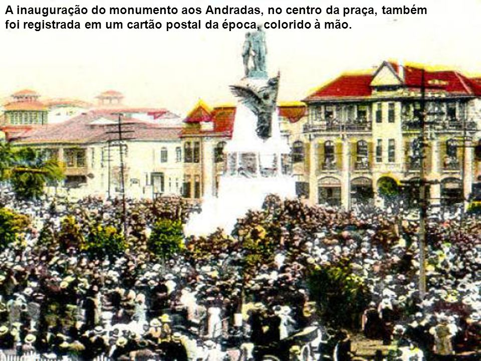 O prédio da esquina (com torreão) foi residência da família de J. Carneiro Bastos e depois da família de José Domingues Martins, tornando-se sede do C