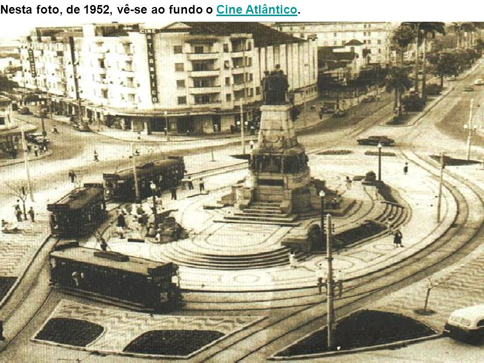 Outra imagem da praça, tendo a praia ao fundo e o antigo prédio do Hotel Parque Balneário à esquerda).Hotel Parque Balneário