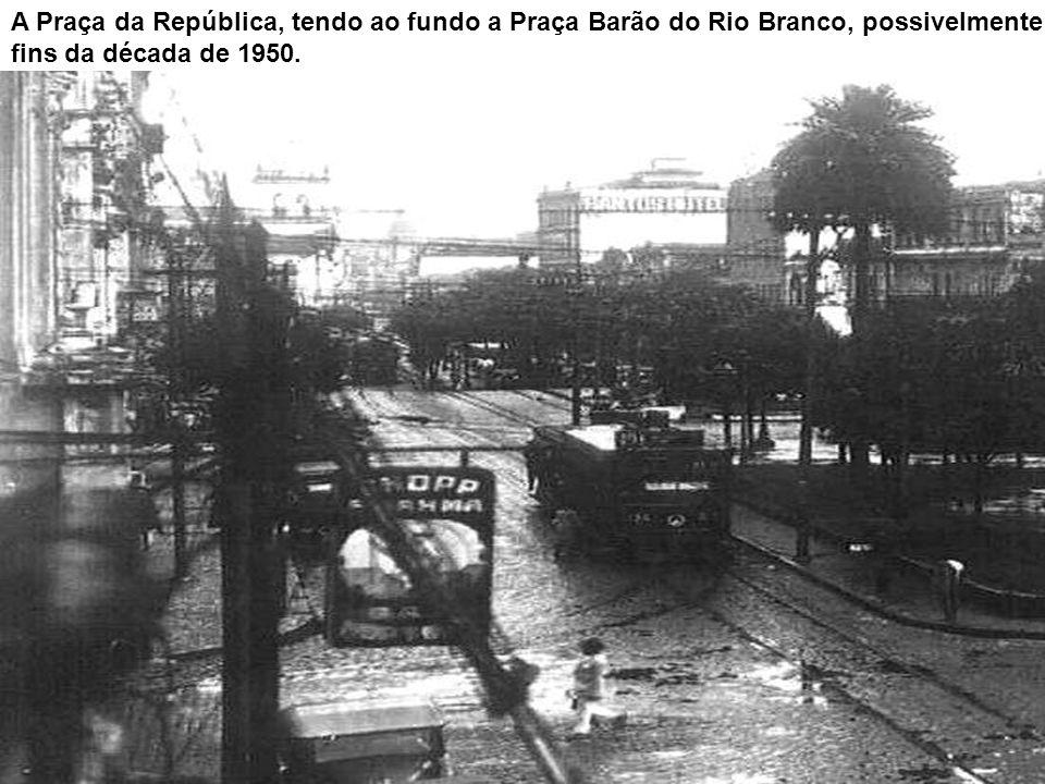 Cartão-postal circulado em 1921 mostrando um aspecto da Praça da República, quase em frente ao antigo prédio da Alfândega (ao fundo, à esquerda), com
