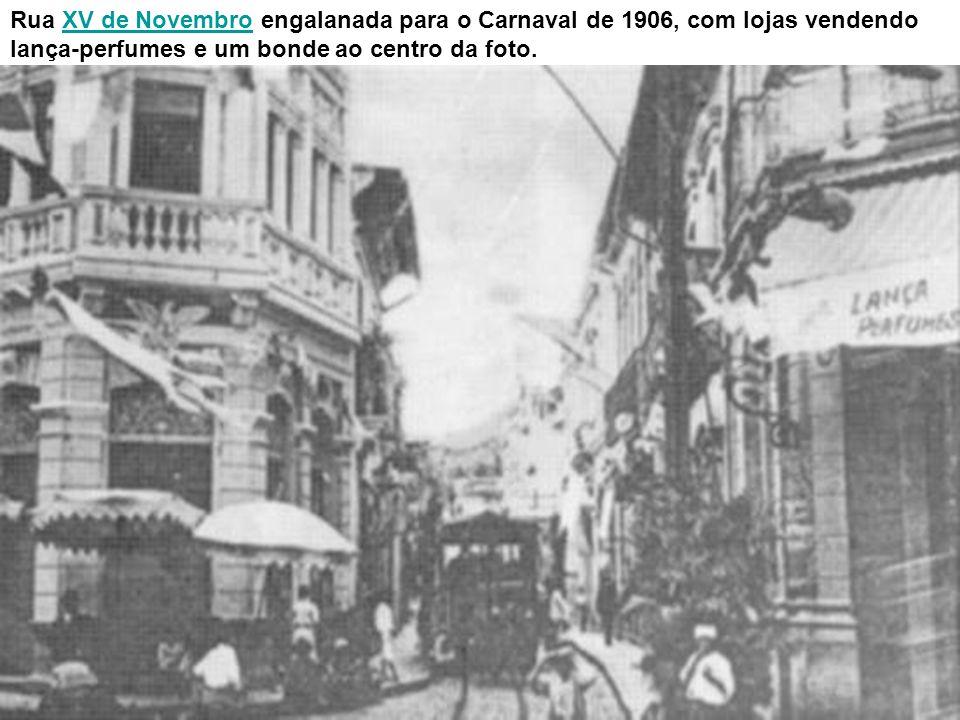 Praça da República, antes da construção do monumento a Braz Cubas em 1908, vendo-se a esquina com a Rua Senador Feijó e, do lado esquerdo dessa rua, o