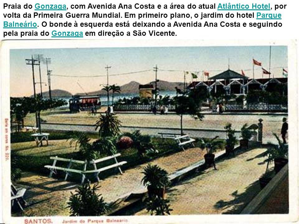 O bonde 2, aberto, faz o trajeto Santos-São Vicente e é visto aqui ao passar próximo à divisa, em cartão-postal de 1921.
