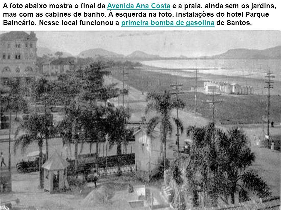 Praia do Gonzaga, com Avenida Ana Costa e a área do atual Atlântico Hotel, por volta da Primeira Guerra Mundial. Em primeiro plano, o jardim do hotel