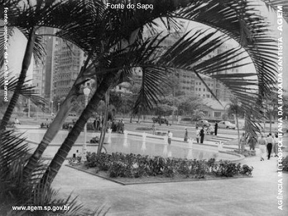 A fotografia mostra a Ponta da Praia, onde hoje funcionam os clubes, fotografada do transatlântico francês L'Atlantique, em 1932. A praia ainda não er