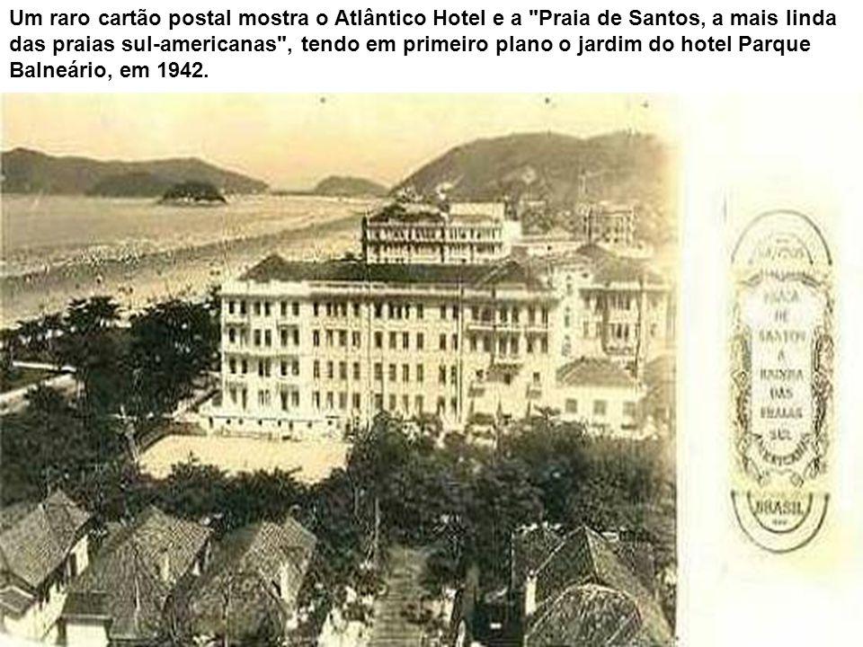 Um raro cartão postal mostra o Atlântico Hotel e a Praia de Santos, a mais linda das praias sul-americanas , tendo em primeiro plano o jardim do hotel Parque Balneário, em 1942.