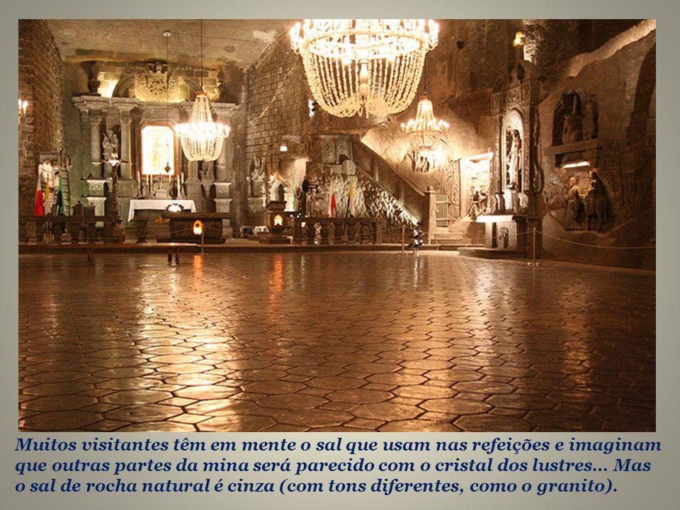 Os próprios lustres da catedral são de sal.