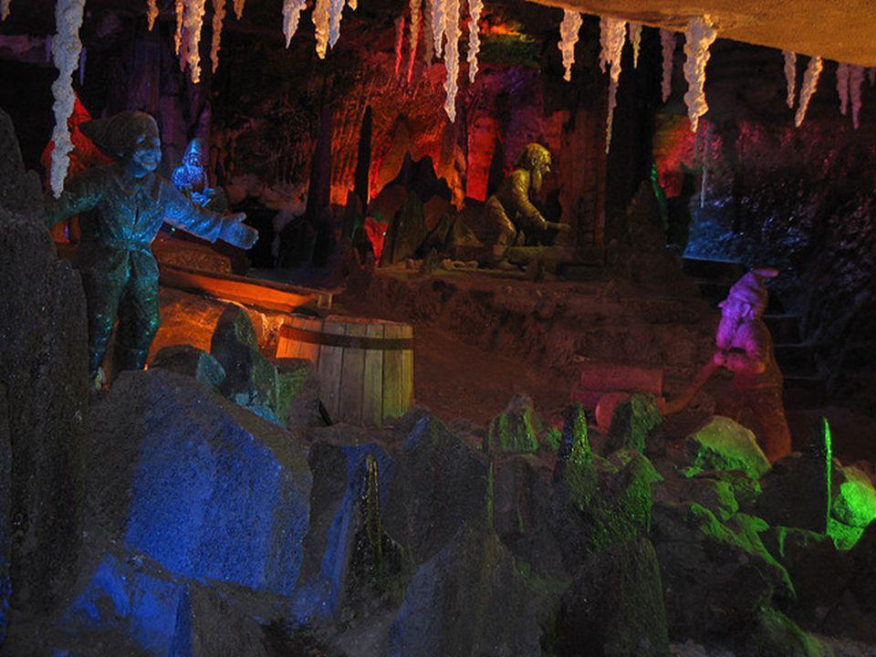 Muitas estátuas de grande escala necessitavam de meses ou anos de trabalho duro. Dentro das paredes da mina, há também uma série de informações sobre