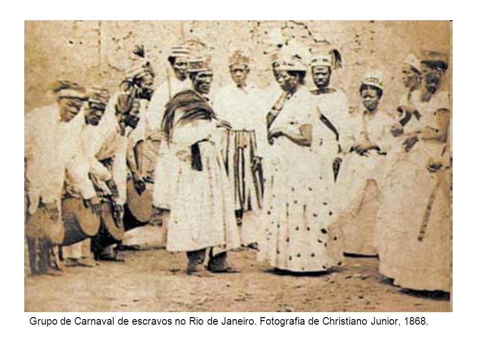 Grupo de Carnaval de escravos no Rio de Janeiro. Fotografia de Christiano Junior, 1868.