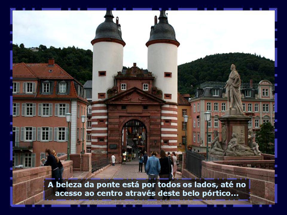 Um dos cartões postais de Heidelberg é sua ponte medieval, toda em arcos.