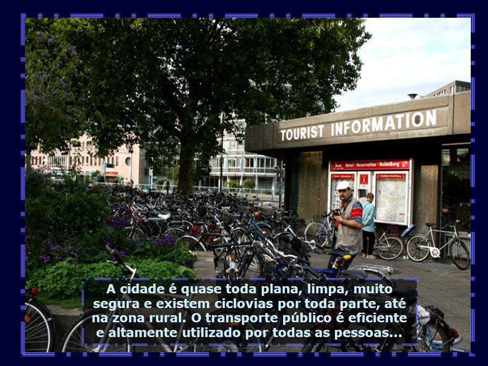Bicicletas, muitas bicicletas, elas são muito utilizadas como meio de locomoção e tomam conta dos espaços próximos das estações...
